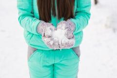 Κλείστε επάνω της γυναίκας με το χιόνι στοκ φωτογραφίες