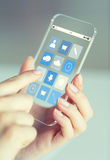 Κλείστε επάνω της γυναίκας με app τα εικονίδια στο smartphone Στοκ Φωτογραφία