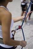 Κλείστε επάνω της γυναίκας παραδίδει τις belaying δραστηριότητες Στοκ φωτογραφία με δικαίωμα ελεύθερης χρήσης