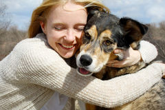 Κλείστε επάνω της γυναίκας που αγκαλιάζει το γερμανικό σκυλί ποιμένων Στοκ φωτογραφία με δικαίωμα ελεύθερης χρήσης