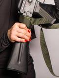 Κλείστε επάνω της γυναίκας που κρατά ένα αυτόματο επιθετικό τουφέκι στοκ εικόνα με δικαίωμα ελεύθερης χρήσης