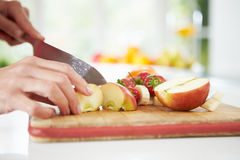 Κλείστε επάνω της γυναίκας που προετοιμάζει τη σαλάτα φρούτων Στοκ Φωτογραφίες