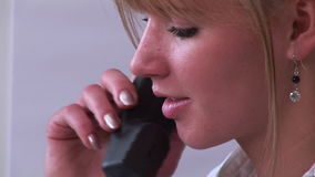 Κλείστε επάνω της γυναίκας στο τηλέφωνο φιλμ μικρού μήκους