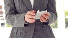 Κλείστε επάνω της επιχειρηματία χρησιμοποιώντας το smartphone φιλμ μικρού μήκους