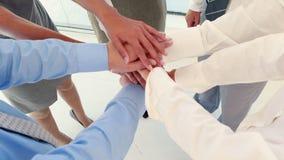 Κλείστε επάνω της επιχειρησιακής ομάδας που γιορτάζει μια καλή εργασία φιλμ μικρού μήκους