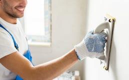 Κλείστε επάνω της εργασίας οικοδόμων με τη λείανση του εργαλείου Στοκ φωτογραφίες με δικαίωμα ελεύθερης χρήσης