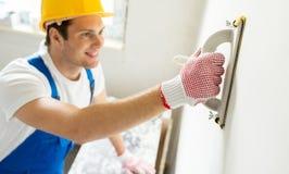 Κλείστε επάνω της εργασίας οικοδόμων με τη λείανση του εργαλείου Στοκ εικόνα με δικαίωμα ελεύθερης χρήσης