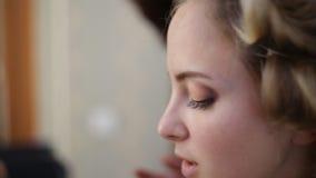 Κλείστε επάνω της διαδικασίας σύνθεσης νέων κοριτσιών ` s στο κατάστημα ομορφιάς Νέο visagiste που εφαρμόζει τη σκιά ματιών στο π απόθεμα βίντεο