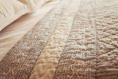 Κλείστε επάνω της κάλυψης και των μαξιλαριών παπλωμάτων κρεβατιών πολυτέλειας οριζόντιων Στοκ φωτογραφία με δικαίωμα ελεύθερης χρήσης