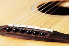 Κλείστε επάνω της καρφίτσας γεφυρών και της υγιούς, ακουστικής κιθάρας Στοκ φωτογραφίες με δικαίωμα ελεύθερης χρήσης