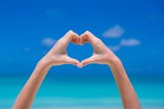Κλείστε επάνω της καρδιάς που γίνεται από το θηλυκό υπόβαθρο χεριών Στοκ εικόνες με δικαίωμα ελεύθερης χρήσης