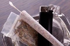 Κλείστε επάνω της μαριχουάνα και των καπνίζοντας σύνεργων Στοκ φωτογραφία με δικαίωμα ελεύθερης χρήσης
