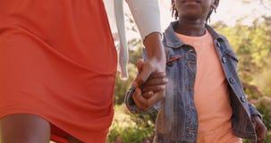 Κλείστε επάνω της μητέρας και η κόρη κρατά με το χέρι απόθεμα βίντεο