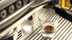 Κλείστε επάνω της μηχανής espresso φιλμ μικρού μήκους