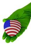 Κλείστε επάνω της μορφής καρδιών αμερικανικών σημαιών εκμετάλλευσης χεριών γυναικών Στοκ Εικόνες