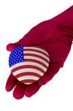 Κλείστε επάνω της μορφής καρδιών αμερικανικών σημαιών εκμετάλλευσης χεριών γυναικών Στοκ φωτογραφία με δικαίωμα ελεύθερης χρήσης
