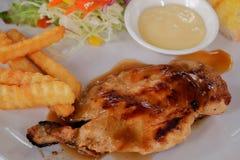 Κλείστε επάνω της μπριζόλας κοτόπουλου στο πιάτο Στοκ Φωτογραφία