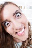 Κλείστε επάνω της νέας γυναίκας με την τρελλή και τρελλή έκφραση προσώπου στοκ φωτογραφία