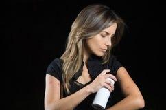 Κλείστε επάνω της νέας γυναίκας που πάσχει από φαγουρίζει μετά από τα δαγκώματα κουνουπιών, χρησιμοποιώντας ένα spay πλεόνασμα το στοκ εικόνες