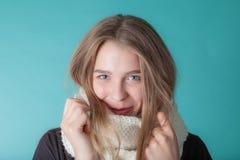 Κλείστε επάνω της νέας γυναίκας που φορά το μαντίλι στο υπόβαθρο μεντών Μόδα και καθιερώνων τη μόδα Στοκ εικόνες με δικαίωμα ελεύθερης χρήσης