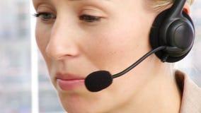 Κλείστε επάνω της ομιλίας επιχειρησιακών γυναικών στην κάσκα απόθεμα βίντεο
