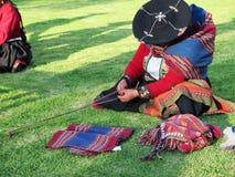 Κλείστε επάνω της περουβιανής κυρίας στο αυθεντικό περιστρεφόμενο νήμα φορεμάτων από το εκτάριο Στοκ εικόνα με δικαίωμα ελεύθερης χρήσης