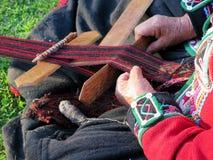 Κλείστε επάνω της περουβιανής κυρίας στο αυθεντικό περιστρεφόμενο νήμα φορεμάτων από το εκτάριο Στοκ εικόνες με δικαίωμα ελεύθερης χρήσης