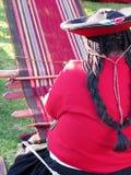 Κλείστε επάνω της περουβιανής κυρίας στο αυθεντικό περιστρεφόμενο νήμα φορεμάτων από το εκτάριο Στοκ Φωτογραφίες