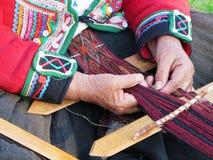 Κλείστε επάνω της περουβιανής κυρίας στο αυθεντικό περιστρεφόμενο νήμα φορεμάτων από το εκτάριο Στοκ Εικόνα