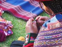 Κλείστε επάνω της περουβιανής κυρίας στο αυθεντικό περιστρεφόμενο νήμα φορεμάτων από το εκτάριο Στοκ φωτογραφία με δικαίωμα ελεύθερης χρήσης