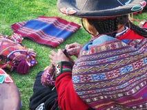Κλείστε επάνω της περουβιανής κυρίας στο αυθεντικό περιστρεφόμενο νήμα φορεμάτων από το εκτάριο Στοκ φωτογραφίες με δικαίωμα ελεύθερης χρήσης