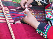 Κλείστε επάνω της περουβιανής κυρίας στο αυθεντικό περιστρεφόμενο νήμα φορεμάτων από το εκτάριο Στοκ Φωτογραφία