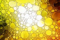 Κλείστε επάνω της πτώσης πετρελαίου στην επιφάνεια νερού Στοκ Εικόνα