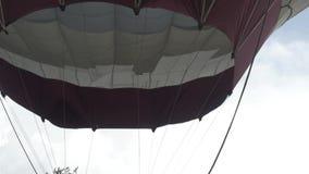 Κλείστε επάνω της πυράκτωσης φλογών καυστήρων μπαλονιών ζεστού αέρα Μπαλόνι ζεστού αέρα κατά την πτήση στενό στον επάνω ουρανού απόθεμα βίντεο