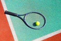 Κλείστε επάνω της ρακέτας και της σφαίρας αντισφαίρισης στο γήπεδο αντισφαίρισης Στοκ Φωτογραφία
