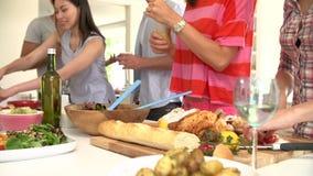 Κλείστε επάνω της σαλάτας επιδέσμου γυναικών στο κόμμα γευμάτων απόθεμα βίντεο