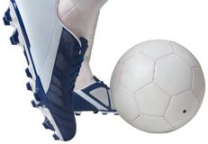 Κλείστε επάνω της σφαίρας λακτίσματος ποδοσφαιριστών Στοκ Φωτογραφία