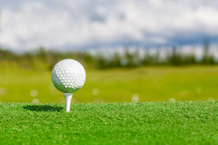 Κλείστε επάνω της σφαίρας και του γράμματος Τ γκολφ με με το θολωμένο υπόβαθρο Στοκ Φωτογραφία