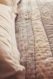 Κλείστε επάνω της σύγχρονων κάλυψης και των μαξιλαριών παπλωμάτων κρεβατιών πολυτέλειας Στοκ Εικόνες