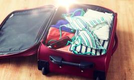 Κλείστε επάνω της τσάντας ταξιδιού με τα ενδύματα παραλιών Στοκ Εικόνες
