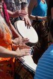Κλείστε επάνω της τυμπανοκρουσίας από τη γυναίκα στα φωτεινά ενδύματα, Στοκ εικόνα με δικαίωμα ελεύθερης χρήσης
