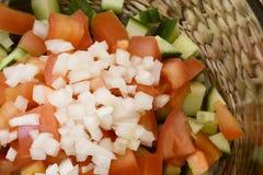 Κλείστε επάνω της υγιούς σαλάτας με το τεμαχισμένο κρεμμύδι στοκ εικόνες