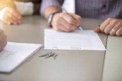 Κλείστε επάνω της υπογραφής ενός δανείου Στοκ Εικόνες