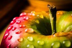 Κλείστε επάνω της φρέσκιας Juicy Apple με το μίσχο Στοκ Φωτογραφίες