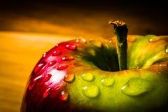 Κλείστε επάνω της φρέσκιας Juicy Apple σε μια ξύλινη επιφάνεια Στοκ φωτογραφία με δικαίωμα ελεύθερης χρήσης