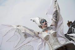Κλείστε επάνω της φτερωτής γυναίκας που είναι μέρος της στενός-πράξης ομάδας θεάτρων οδών Στοκ εικόνες με δικαίωμα ελεύθερης χρήσης