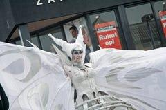 Κλείστε επάνω της φτερωτής κυρίας που είναι μέρος της στενός-πράξης ομάδας θεάτρων οδών Στοκ Φωτογραφία