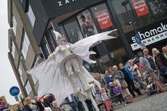 Κλείστε επάνω της φτερωτής κυρίας που είναι μέρος της στενός-πράξης ομάδας θεάτρων οδών Στοκ Εικόνες