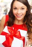 Κλείστε επάνω της χαμογελώντας γυναίκας με το κιβώτιο δώρων Στοκ Εικόνες