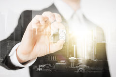 Κλείστε επάνω της χαρτοπαικτικής λέσχης εκμετάλλευσης χεριών επιχειρηματιών χωρίζει σε τετράγωνα Στοκ εικόνες με δικαίωμα ελεύθερης χρήσης